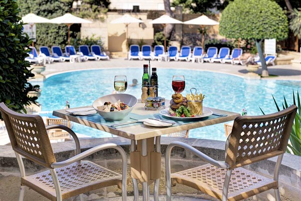 dineren bij zwembad the summer kitchen restaurant corinthia palace hotel spa malta