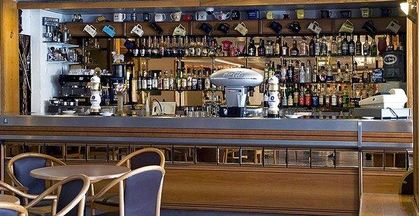 eikenhouten bar in lounge ruimte canifor hotel malta
