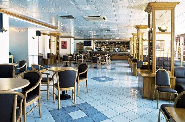 eikenhouten lounge bar canifor hotel malta