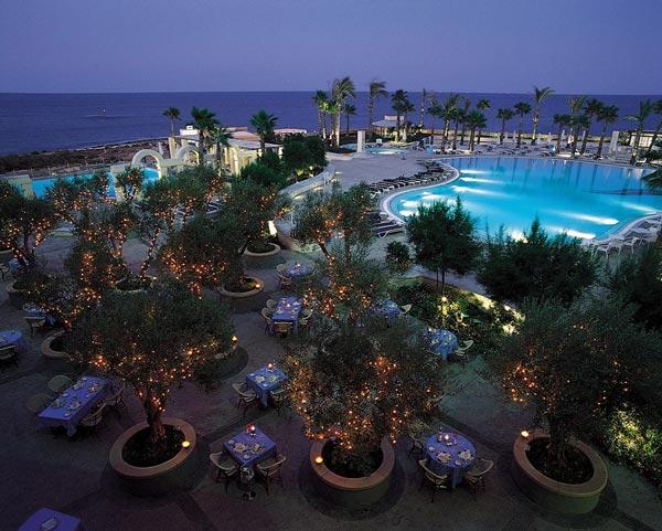 gazebo restaurant gezellige lichtjes in de bomen hilton malta hotel