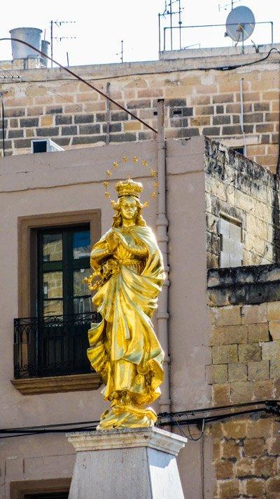 gouden standbeeld heilige maagd maria cospicua the three cities malta