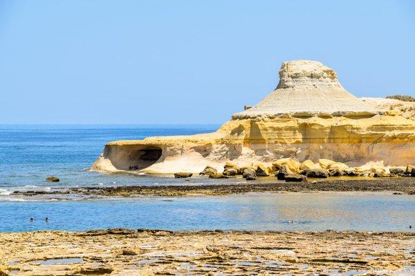 grot heuvel baai van xwejni gozo eiland