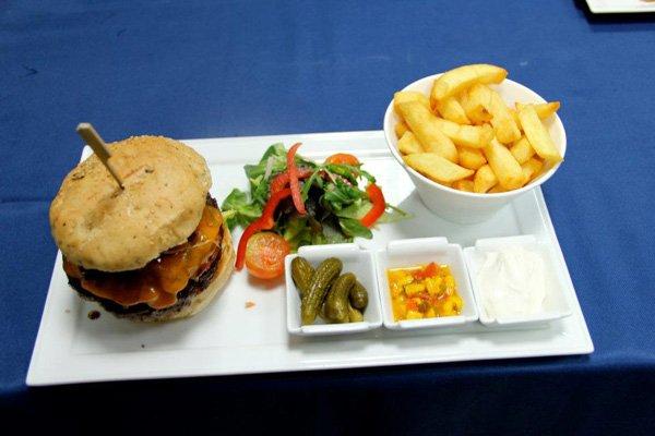 hamburger met frietjes aqua bar hilton malta hotel