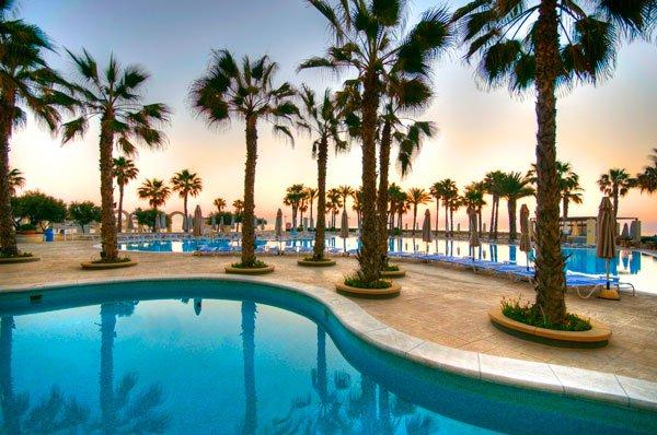 hilton malta hotel zonsondergang aan het zwembad