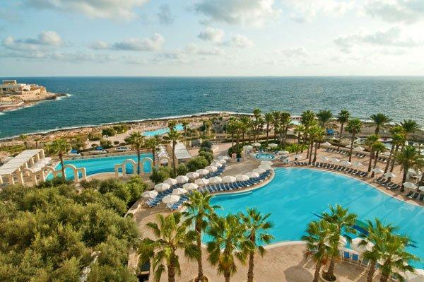 hilton malta hotel zwembaden met zicht op zee