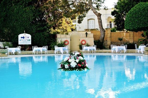 huwelijksfeest buitenzwembad corinthia palace hotel malta