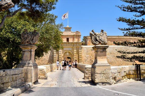 ingang en brug van middeleeuwse stad mdina malta