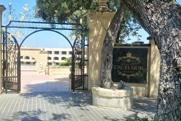 ingang voor voetgangers straatkant grand hotel excelsior malta