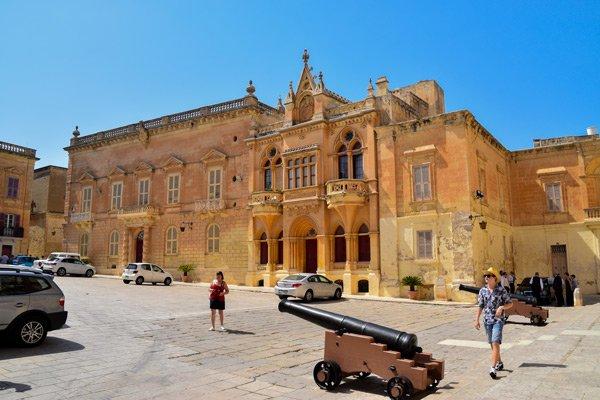 kanonnen op het plein voor de kathedraal van st paul in mdina malta