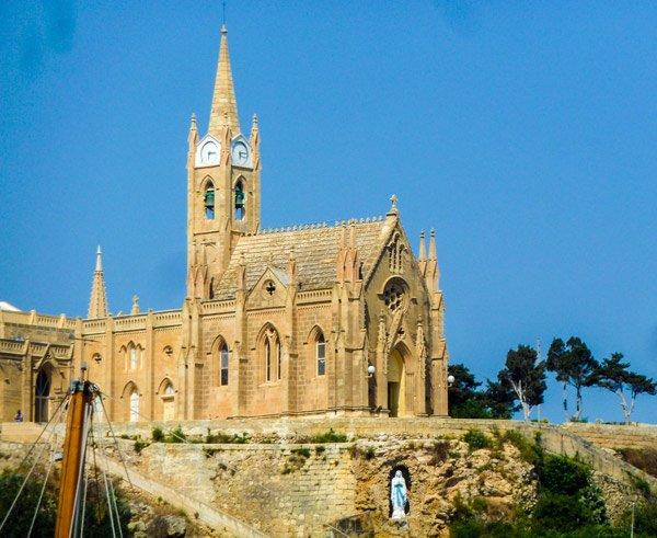 kapel van lourdes zicht vanuit haven van mgarr gozo bezienswaardigheden