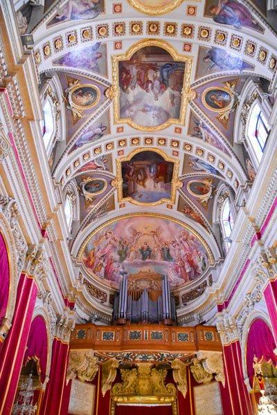 kathedraal van victoria in citadel plafondschildering middenschip orgel gozo eiland
