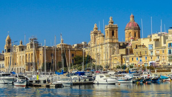 kerk van st lawrence in vittoriosa met bootjes in dockyard creek the three cities