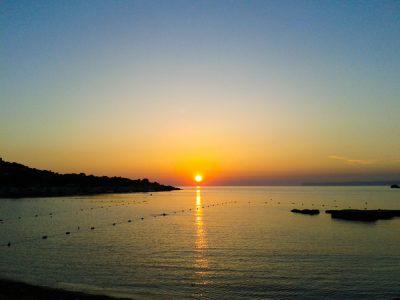 klimaat malta juni nog weinig toeristen zonsondergang zwemmen zee gnejna bay mgarr