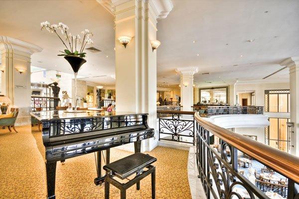 lobby met stijlvolle piano hilton malta hotel