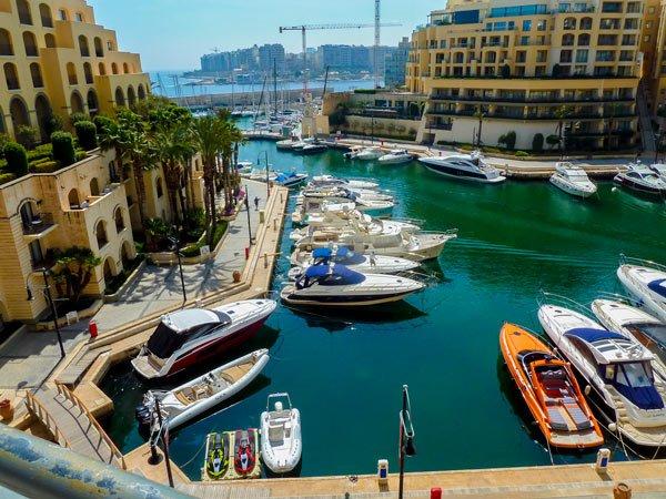 malta bezienswaardigheden haven van portomaso zicht op middellandse zee