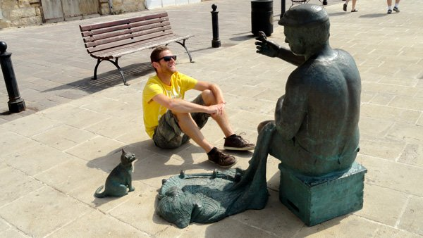 malta bezienswaardigheden liefdesmonument bankje standbeeld newmalta