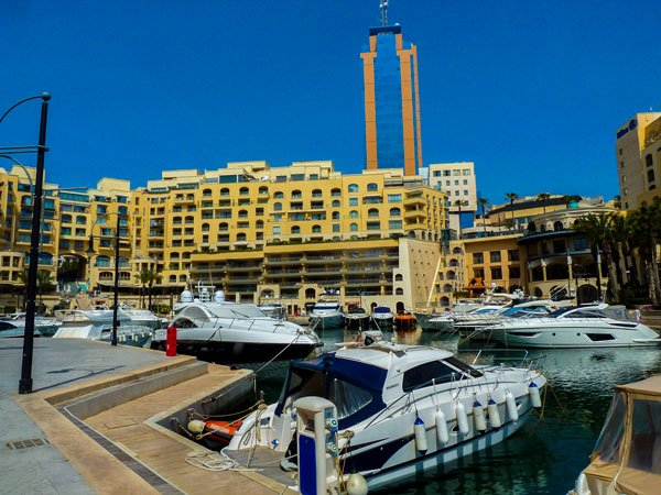 malta bezienswaardigheden portomaso jachthaven met toren in achtergrond