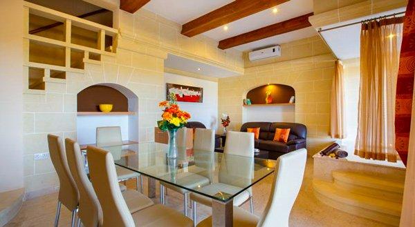 malta vakantiehuis carini farmhouse leefruimte met jacuzzi gharb gozo