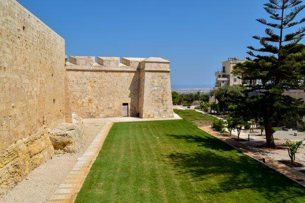mooi groen grasperk aan omwallingen van mdina malta