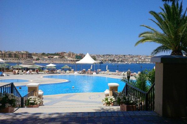 openluchtzwembad met prachtige uitzichten grand hotel excelsior malta