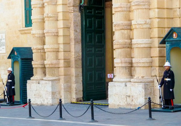 paleis van de grootmeesters bewakers op post valletta hoofdstad malta