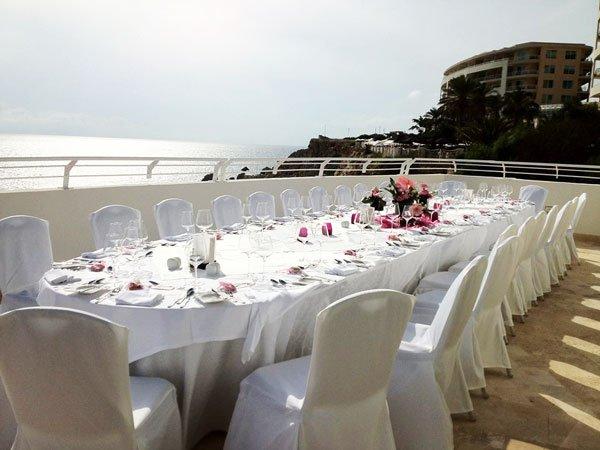 prachtige witte tafel trouwfeest radisson blu malta golden sands