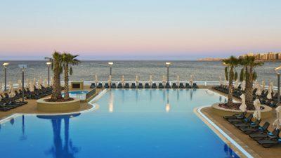 reef club zwembad en dek zeezicht westin dragonara malta