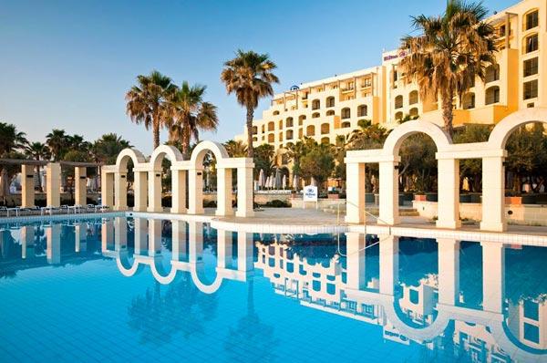 reflectie witte bogen in water buitenzwembad hilton malta hotel