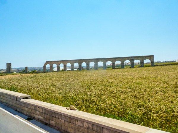 ruine aquaduct vanuit gharb richting victoria rabat gozo bezienswaardigheden
