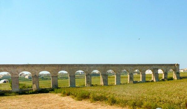ruine aquaduct veld vanuit gharb richting victoria rabat gozo bezienswaardigheden