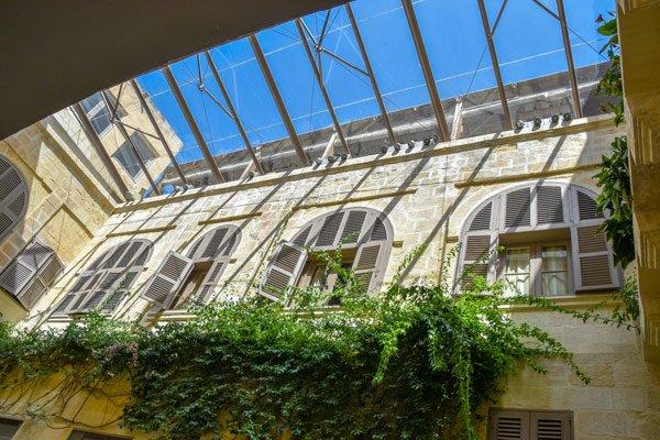 rustgevende binnenplaats in hotel xara palace mdina malta