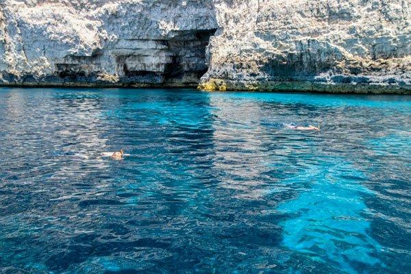 snorkelen vanop boot aan kliffen van sannat inham grot gozo bezienswaardigheden