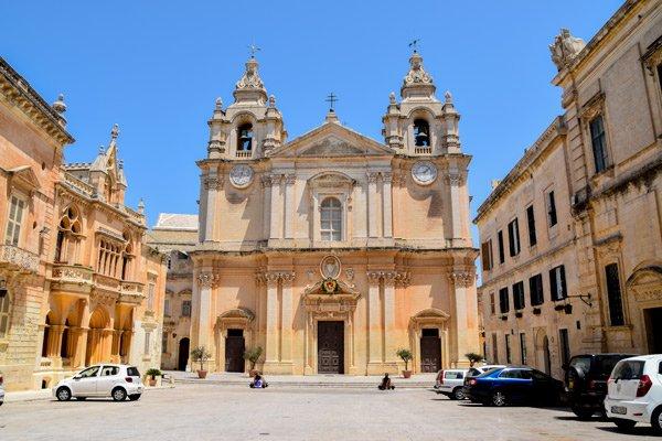 st paul's kathedraal voorkant vanop het plein mdina malta