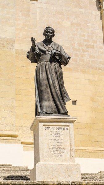 standbeeld paus johannes paulus tweede voor kathedraal van victoria gozo eiland