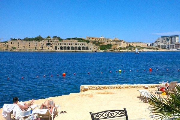 strand met zicht op manoel island en tigne point grand hotel excelsior malta