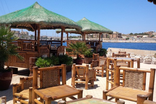 tafels barkrukken tiki village grand hotel excelsior malta