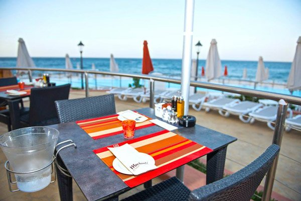 tafels met zeezicht merkanti beach club hilton malta hotel