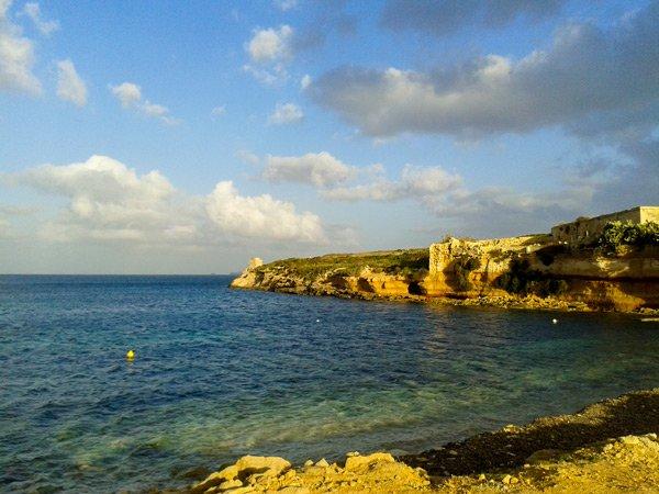 temperatuur malta maart langzaam warmer meer zon avond st thomas bay marsascala
