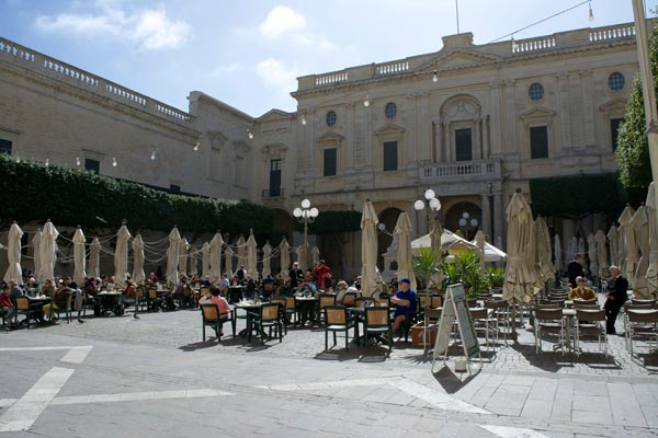 terrasjes cafe cordina republic plein valletta bezienswaardigheden