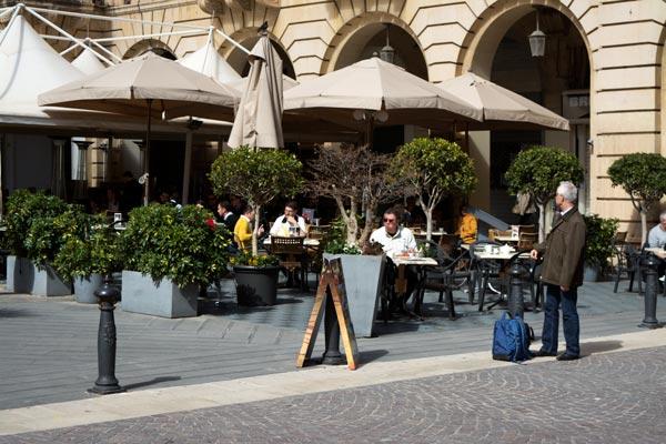 terrasjes op st johns plein valletta malta