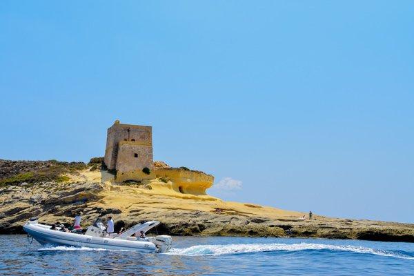 toren in baai van xlendi vanop boot gozo bezienswaardigheden