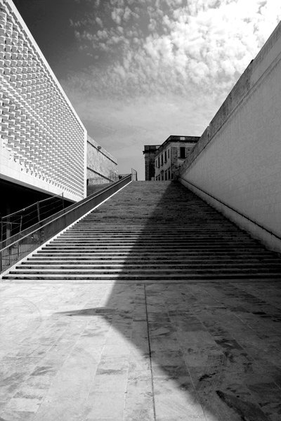 trappen tussen stadspoort en parlement valletta malta hoofdstad