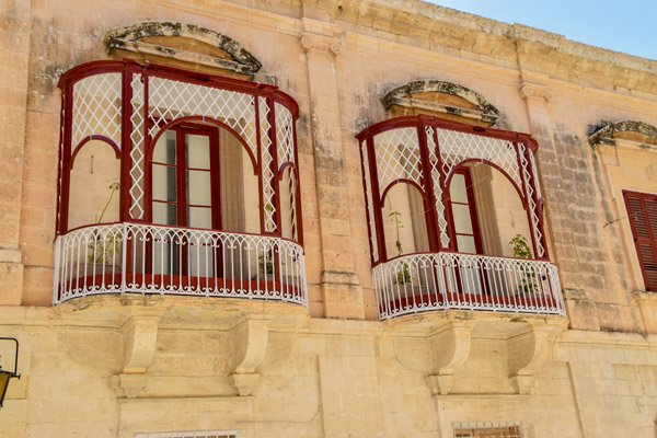 typische balkonnetjes in de nationale kleuren van malta in mdina malta