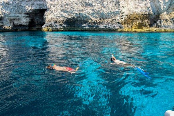 vakantiehuis malta zwemmen en snorkelen rond gozo tijdens boottocht