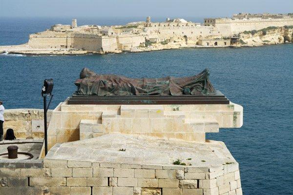 valletta bezienswaardigheden fallen soldier monument naast de siege bel