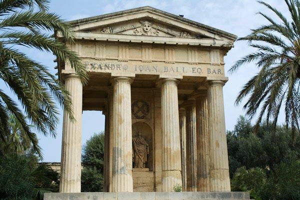 valletta bezienswaardigheden griekse tempel standbeeld sir alexander ball lower barrakka gardens
