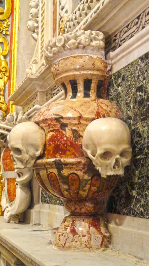 valletta bezienswaardigheden kleurrijk beeldhouwwerk met doodskoppen st john's co-kathedraal