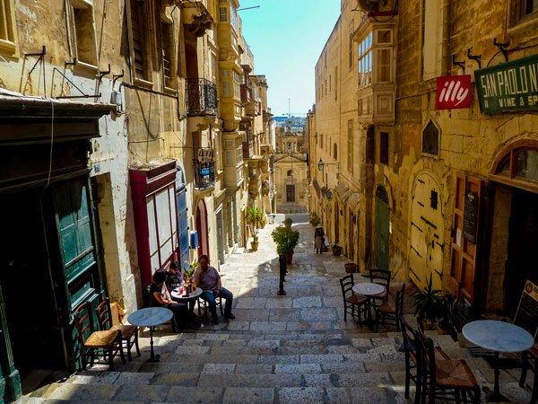 valletta hoofdstad van malta plaatselijke horeca straat met trappen