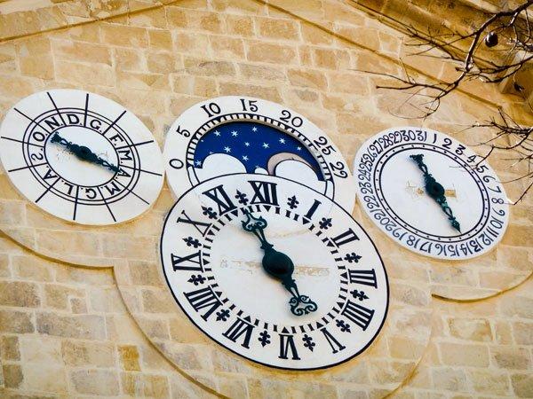 vier wijzerplaten op kloktoren manuel pinto de fonseca tuin prins alfred valletta hoofdstad malta
