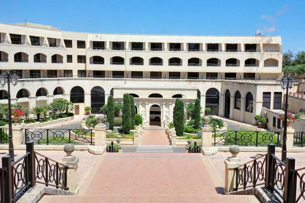 voorkant en trappen grand hotel excelsior malta